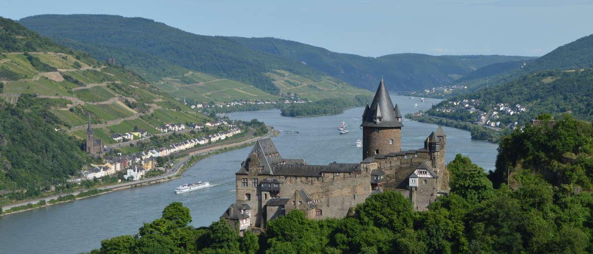 Blick auf Lorchhausen von Bacharach mit der Burg Stahleck und dem Rheintal